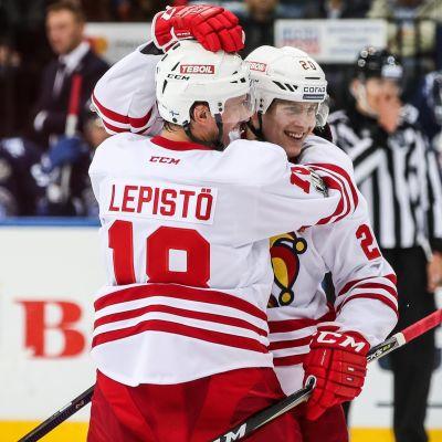 Sami Lepistö gratulerar målskytten Eeli Tolvanen.