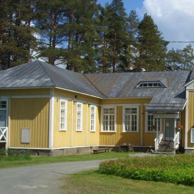 Keltainen rakennus kesällä auringonpaisteessa