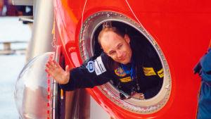 Bertrand Piccard tittar ut ur Breitling Orbiter 3s korg. Breitling Orbiter 3 var den gasballong han reste non-stop jorden runt med.
