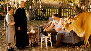 Pianisti Bogdan, lehmä, äiti ja pappi elokuvassa Pyhä lehmä