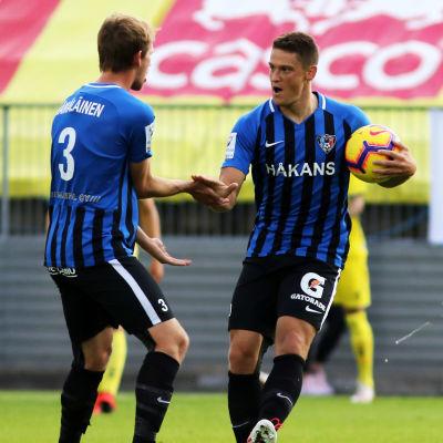 Juuso Hämäläinen och Filip Valencic firar Inters 2–0-mål.