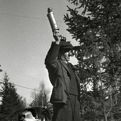 Mies tallentaa luonnonääniä mikrofonilla.
