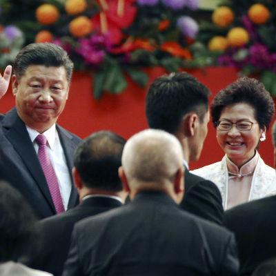 Kinas president Xi Jinping och Hongkongs nya ledare Carrie Lam efter installationsceremonin i Hongkong 1.7.2017