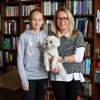 Marika Halttunen tyttärensä Lauran kanssa sekä koira Heka
