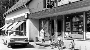 Sirkka Sistola utanför sin butik i Valkom 1977