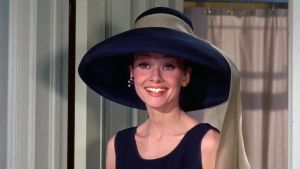 Audrey Hepburn sinisessä hatussa elokuvassa Aamiainen Tiffanylla