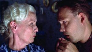 Kyllikki Forsell ja Timo Jurkka elokuvassa Säädyllinen murhenäytelmä.