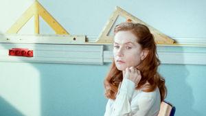 Isabelle Huppert opettajana elokuvassa Rouva Hyde.