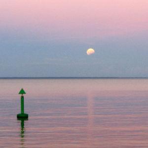 iltaruskoa merellä, kuu taivaalla