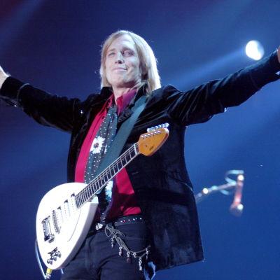 Tom Petty sträcker ut armarna.