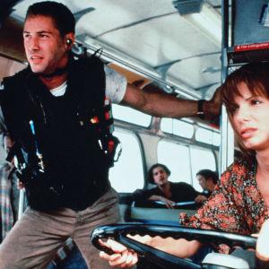 jack (Keanu Reeves) och Annie (Sandra Bullock) i en buss.