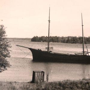 Träskutan Lyra byggd i Svartviken på Kitö i Sibbo,  bild ur Svante Johanssons album