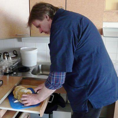 Olle Granqvist gör smörgåsar i servicehemmet Linda i Sibbo, Söderkulla