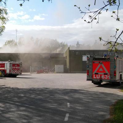Eldsvåda i industribyggnad på Kastensgatan i Lojo.