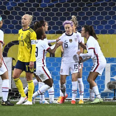 Megan Rapinoe gör mål mot Sverige.