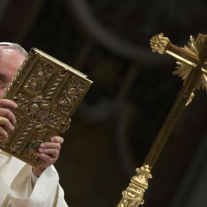 Påve Franciskus under påskmässa i Peterskyrkan i Vatikanen 2015.