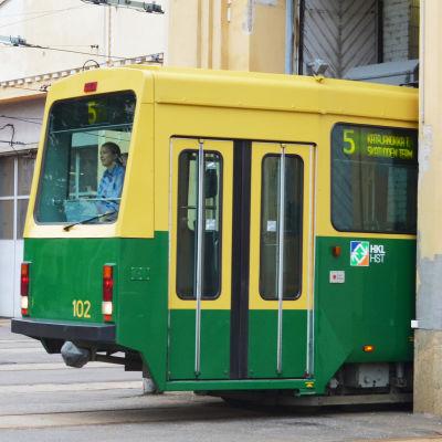 Spårvagn nr 5 åker ut från depån.
