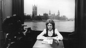 Ylen lontoon kirjeenvaihtaja Eeva Lennon pöydän ääressä tv-studiossa