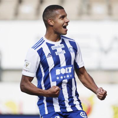 Anthony Olusanya firar mål.