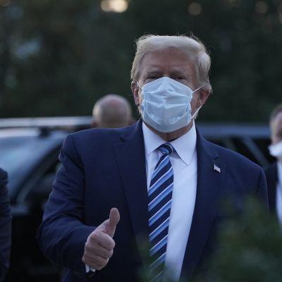 Donald Trump visar tummen upp när han anländer till Vita huset efter att ha varit intagen på sjukhus i tre dygn på grund av coronaviruset.