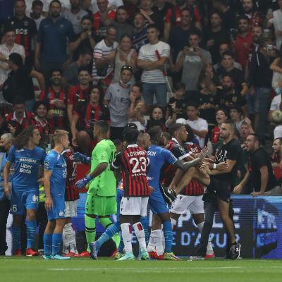 Spelare och publik bråkar på planen.