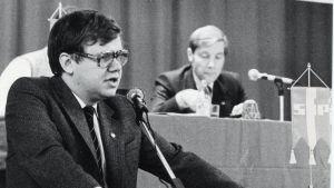 Christoffer Taxell på SFP:s partidag 1982. I bakgrunden Pär Stenbäck.