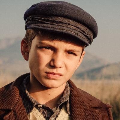 Närbild på Zoran (David Todosovski) som ser allvarlig ut.