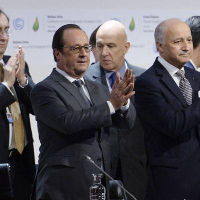 Frankrikes pesident Francois Hollande och utrikesminister Laurent Fabius vid klimatkonferensensen i Paris.