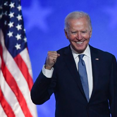 Joe Biden gör en segergest.