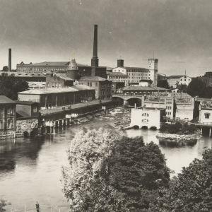 Tammerkosken takana keskellä Finlaysonin tehtaat.