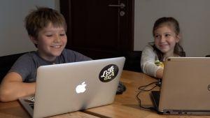 Staszek och Emilia tycker om att lära sig om smoggen genom att programmera ett eget spel.