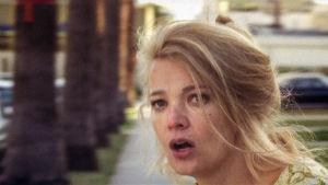 Gena Rowlands lähikuvassa kadulla. Kuva elokuvasta Naisen parhaat vuodet.