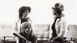 The Slits -yhtyeen jäsenet joskus 1970-luvulla. Kuva dokumenttielokuvasta.