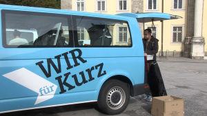 En kampanjbil med valreklam för Sebastian Kurz.