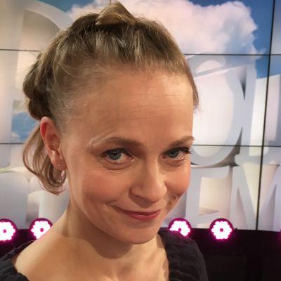Näyttelijä-laujala Sanna Majuri Puoli seiskan studiossa