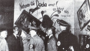 Adolf Hitler besöker den så kallade dada-väggen på utställningen Entartete Kunst i München 1937