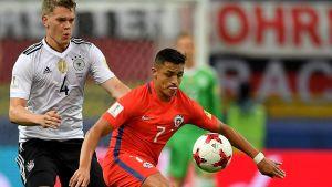 Alexis Sanchez med bollen, i ryggen har han Matthias Ginter