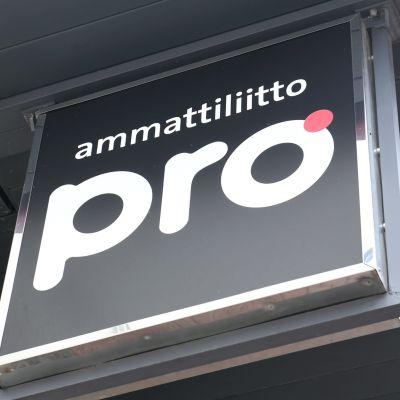 """Skylt med texten """"ammattiliitto Pro""""."""