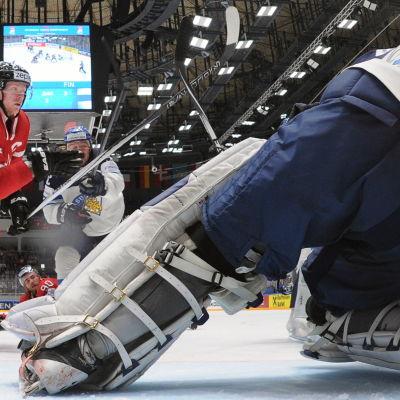 Corey Perry går på mål, Mikko Koskinen håller tätt.