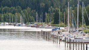 Flera segelbåtar förtöjda i Borgå å.