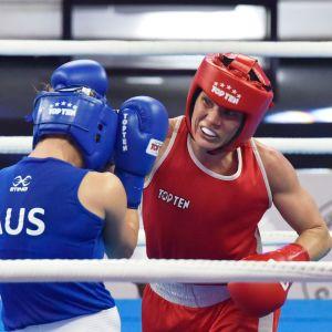 Mira Potkonen boxar en motståndare.
