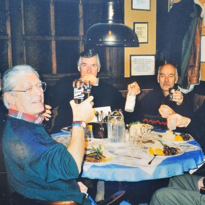 Sex män sitter runt ett dukat bord.