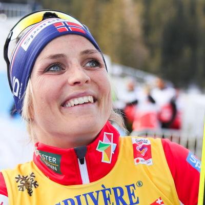Therese Johaug smilar på prispallen