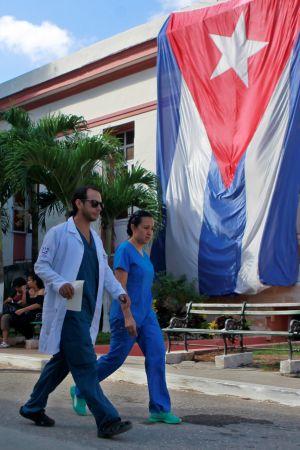 Över 8 000 kubanska läkare arbetar i Brasilien som bäst, det är tills vidare oklart när de tas hem