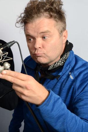 Tarja Närhi kuuntelee Timo Koivusaloa ja Jukka Takaloa