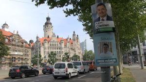 Gatuvy från Leipzig med valaffischer som kantar en gata