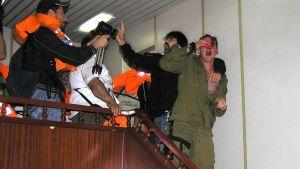 """Vid den första """"Ship to Gaza"""" bordades turkiska """"Mavi Marmari"""" av israeliska kommandosoldater, men tre tog tillfånga av aktivisterna."""