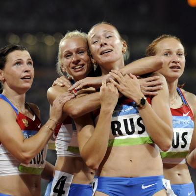 Julia Tjermosjanskaja kramas om efter OS-guldet på 4x100 meter i OS 2008.