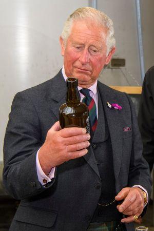Storbritanniens prins Charles granskar whisky från Skottland som kommer att drabbas av höjda tariffer i USA