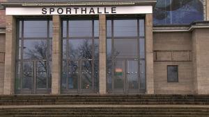 Ingång till en sporthall i Tyskland. Ovanför dörren står det Sporthalle.